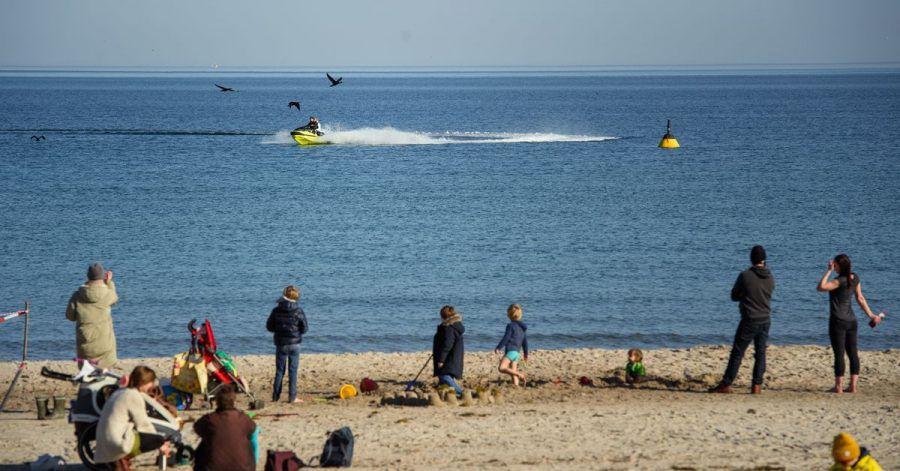Ausflügler entspannen bei frühlingshaften Temperaturen am Timmendorfer Strand.Dieser Winter hat neue Wärmerekorde aufgestellt.