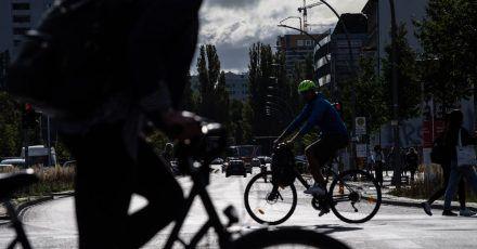 Verlassen Radfahrer den Bürgersteig, um sich auf der Straße einzuordnen, gilt für sie die Sorgfaltspflicht.
