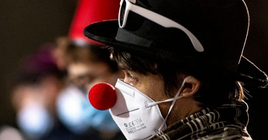 Die Corona-Zahlen sind zum jüdischen Fest Purim recht hoch:Das Gemeindemitglied mit geschmückter Maske schaut traurig aus.