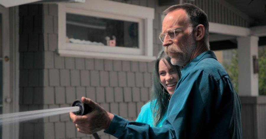 """US-Singer-Songwriterin Billie Eilish und ihr Vater Patrick O'Connell in einer Szene der Dokumentation """"Billie Eilish: The World's A Little Blurry""""."""
