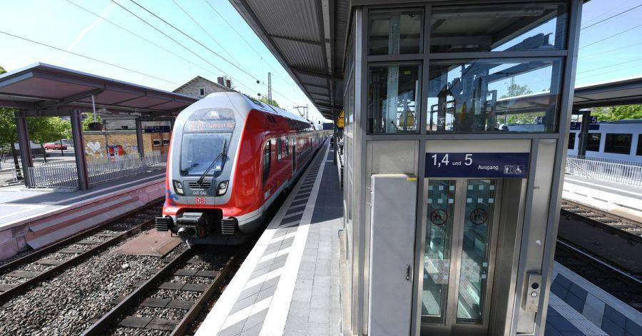 Einen barrierefreien Zugang gibt es noch nicht an allen Bahnhöfen. 111 kleinere und 50 mittelgroße Stationen sollen nun umgebaut werden.