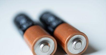 AA-Batterien braucht man im Alltag noch recht häufig. Mehr als 20 Cent pro Stück muss man dafür aber nicht ausgeben, wie ein aktueller Test zeigt.