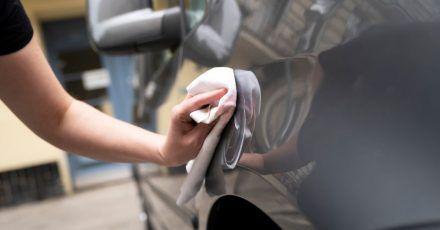 Wer dem Auto etwas Gutes tun will, befreit es sorgsam vom Winterschmutz und lässt ihm ein paar Pflegemaßnahmen angedeihen.