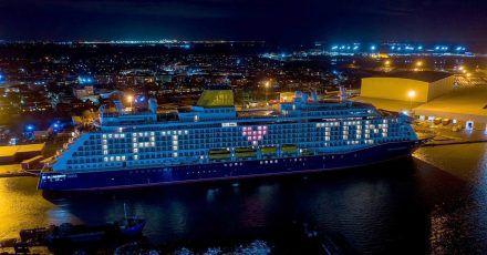 Das Kreuzfahrtschiff Spirit of Adventure fordert im Hafen von Tilbury in London zum Applaus für den verstorbenen Kapitän Sir Tom Moore auf.