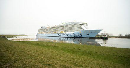 """Das Kreuzfahrtschiff """"Odyssey of the Seas"""" wird von der Meyer-Werft über die Ems in Richtung Nordsee überführt."""