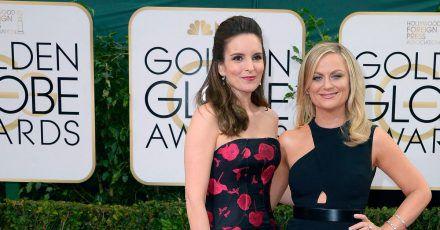 Tina Fey (l) und Amy Poehler werden die  Golden Globe Awards moderieren (Archivbild von 2014).