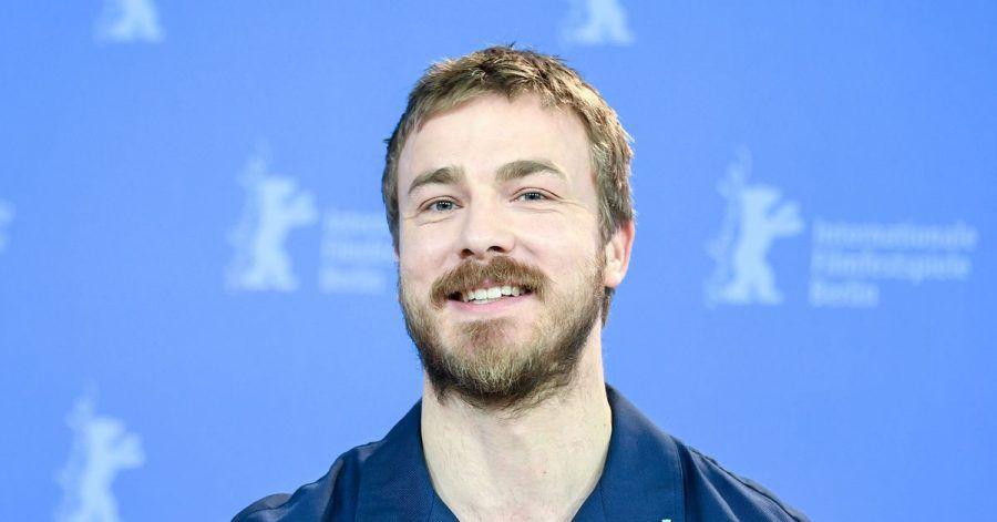 Albrecht Schuch wird als Shooting Star ausgezeichnet.