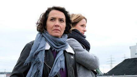 "Die Ludwigshafener Kommissarinnen Lena Odenthal (Ulrike Folkerts, l.) und Johanna Stern (Lisa Bitter) ermitteln im ""Tatort: Hetzjagd"". (ili/spot)"