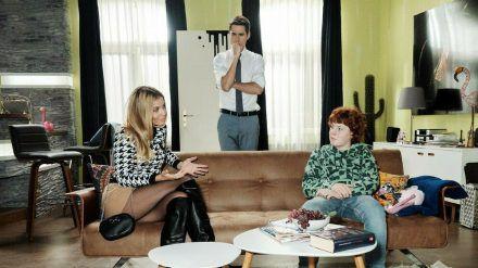 """""""Unter uns"""": Ringo (M.) ist erleichtert, als Monika es übernimmt, Julius Tipps zum Schlussmachen zu geben (cg/spot)"""