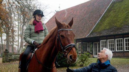 """""""Rote Rosen"""": Thomas versucht mit Hilfe seiner Pferdetherapie, Mona Mut zu machen (cg/spot)"""