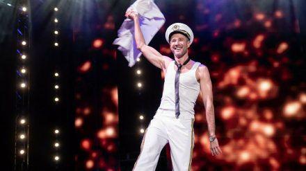 """Jochen Schropp legt für den guten Zweck in """"Showtime of my Life - Stars gegen Krebs"""" einen Striptease hin. (jru/spot)"""