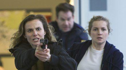 """Tatort: Rettung so nah"": Karin Gorniak (Karin Hanczewski, l.) und Leo Winkler (Cornelia Gröschel) mit gezogener Waffe (cg/spot)"