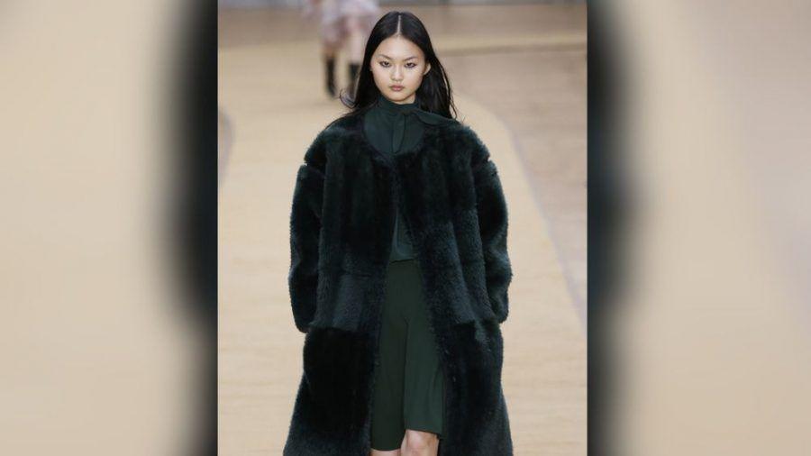 Bermudashorts können richtig gestylt auch im Winter getragen werden. (cos/spot)