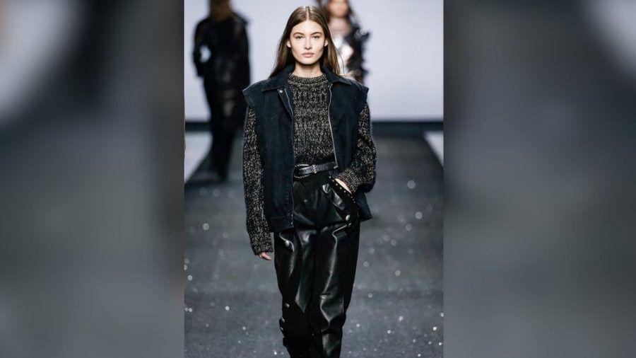 Weite Lederhosen sind im Fashionjahr 2021 Trend. (cos/spot)