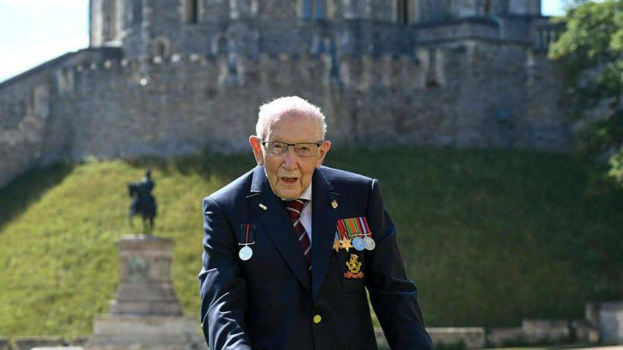 Captain Tom Moore beim Ritterschlag durch Queen Elizabeth II. (dr/spot)