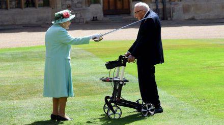 Queen Elizabeth II. schlug Captain Tom Moore zum Ritter. (mia/spot)