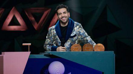 """Elyas M'Barek führte im Bademantel durch die letzte Folge der ersten Staffel von """"Wer stiehlt mir die Show?"""" - und gewann erneut. (dr/spot)"""