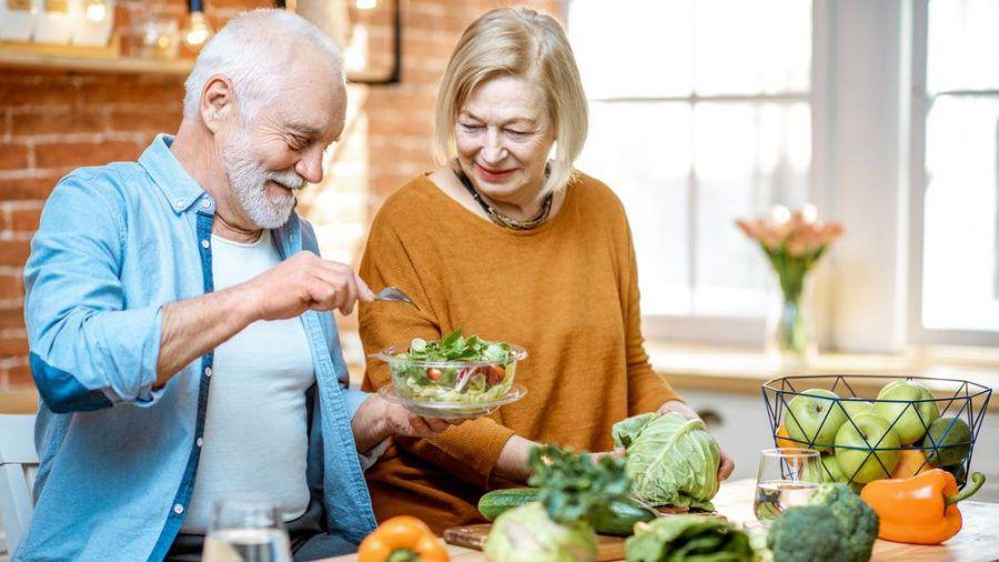 Basen sind vor allem in Gemüse, Salat und Obst enthalten. (eee/spot)