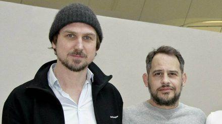 """Lars Eidinger (l.) und Moritz Bleibtreu kennen sich schon von der gemeinsamen Serie """"M - Eine Stadt sucht einen Mörder"""" (stk/spot)"""