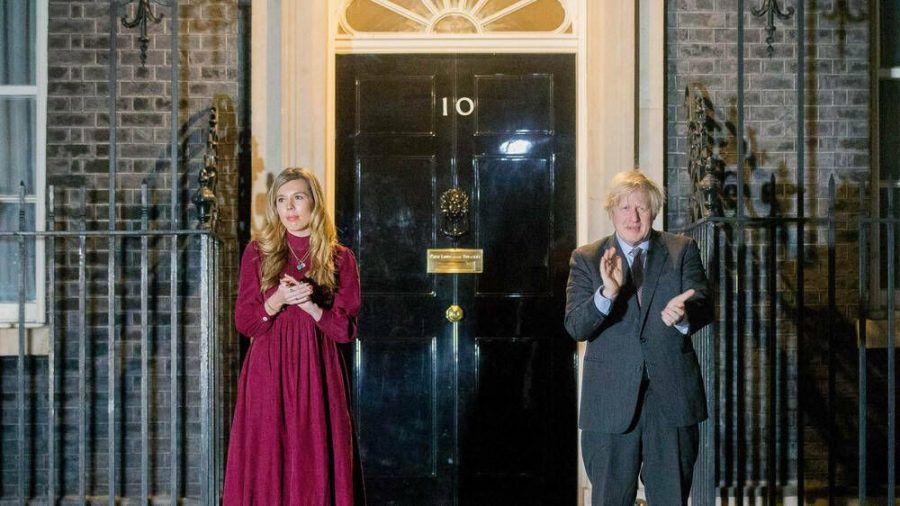 Auch Premierminister Boris Johnson und seine Verlobte, Carrie Symonds, klatschten vor 10 Downing Street für den verstorbenen Captain Sir Tom Moore. (ili/spot)