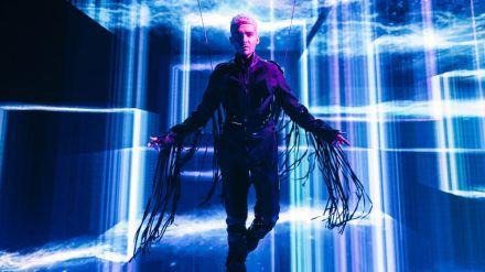 "Sänger Bill Kaulitz fliegt im Musikvideo zu ""White Lies"". (ili/spot)"