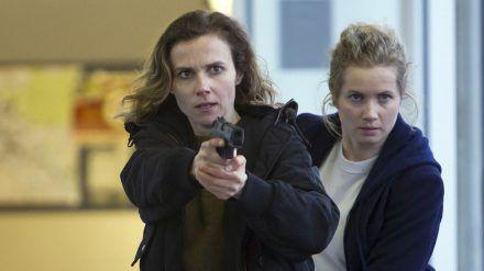 "Karin Gorniak (Karin Hanczewski, l.) mit gezogener Waffe im ""Tatort: Rettung so nah"", dahinter Leo Winkler (Cornelia Gröschel) (dr/spot)"