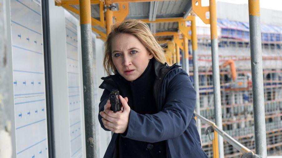 """""""Solo für Weiss - Für immer schweigen"""": Nora Weiss (Anna Maria Mühe) verfolgt einen Verdächtigen (cg/spot)"""