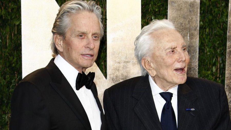 Michael und Kirk Douglas auf einer Oscar-Party im Jahr 2012. (jom/spot)