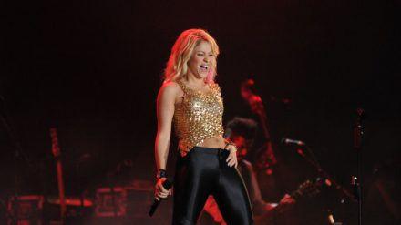 So kannten ihre Fans sie: Sängerin Shakira mit blonder Lockenmähe (ili/spot)
