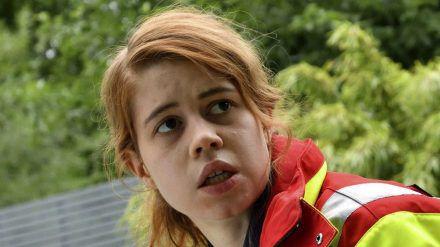Greta Blaschke (Luise Aschenbrenner) versucht das Leben eines kleinen Mädchens zu retten. (dr/spot)