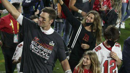 Tom Brady lässt sich nach dem Super-Bowl-Sieg feiern - hier mit Ehefrau Gisele Bündchen und den Kindern. (ili/spot)