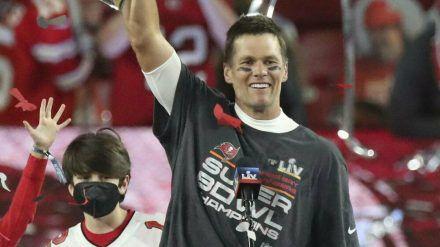 Tom Brady und sein Sohn Jack beim NFL-Finale 2021. (cos/spot)
