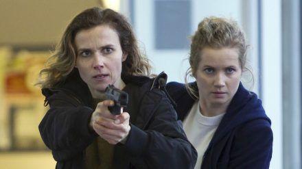 Karin Gorniak (Karin Hanczewski, li.) und Leo Winkler (Cornelia Gröschel) ermitteln in Dresden. (cos/spot)