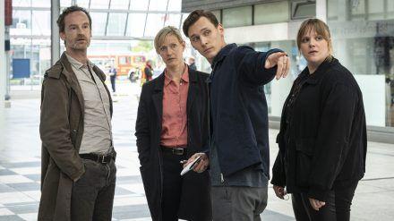 """Sie nehmen im """"Tatort: Heile Welt"""" die Ermittlungen auf (v.r.): Rosa Herzog (Stefanie Reinsperger), Jan Pawlak (Rick Okon), Martina Bönisch (Anna Schudt) und Peter Faber (Jörg Hartmann). (amw/spot)"""