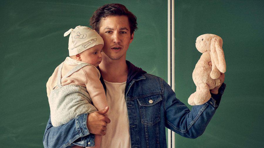 """""""Väter allein zu Haus: Timo"""": Timo Savona (Tim Oliver Schultz) stellt mit Baby Lilly seinen Beruf in der Schule als """"Vater"""" vor (cg/spot)"""
