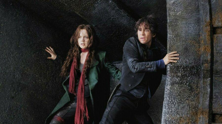 """""""Mortal Engines: Krieg der Städte"""": Hester Shaw (Hera Hilmar) und Tom Natsworthy (Robert Sheehan) müssen um ihr Leben fürchten. (cg/spot)"""
