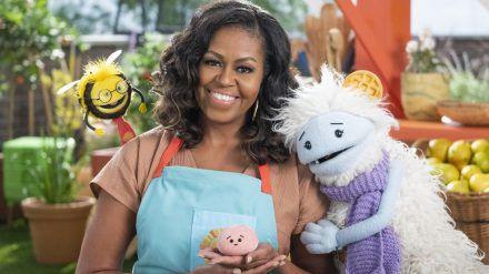 Michelle Obama mit ihren flauschigen neuen TV-Kollegen Waffles und Mochi (stk/spot)