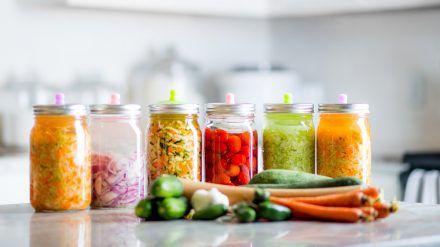 Fermentiertes Gemüse ist gut für die Darmflora. (cos/spot)