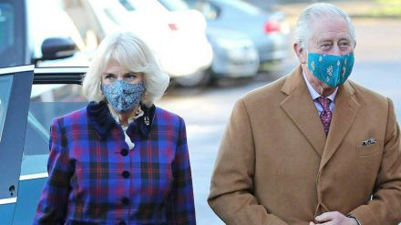 Prinz Charles und Herzogin Camilla bei der Besichtigung eines Impfzentrums. (hub/spot)