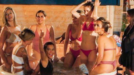 Karina, Stephie, Hannah, Anna, Kim, Esther, Jacqueline S. und Michèle im Jacuzzi (v.l.) (mia/spot)