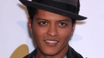 Inwiefern der Täter auch optisch Ähnlichkeiten mit Bruno Mars hat, ist bislang nicht bekannt. (dr/spot)
