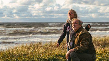 """""""Meeresleuchten"""": Thomas Wintersperger (Ulrich Tukur) mit Max' Enkelin Lena (Ksenija Sisko) beim Drachensteigen an der Ostsee. (ili/spot)"""