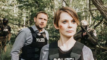 """Der Schneegänger"": Polizistin Sanela Beara (Nadja Bobyleva) und Kommissar Lutz Gehring (Max Riemelt) haben den Verdächtigen entdeckt. (cg/spot)"