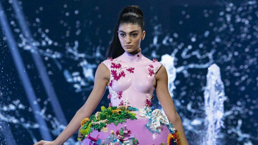 Soulin auf dem Catwalk in einem Kleid von Marina Hoermanseder (mia/spot)