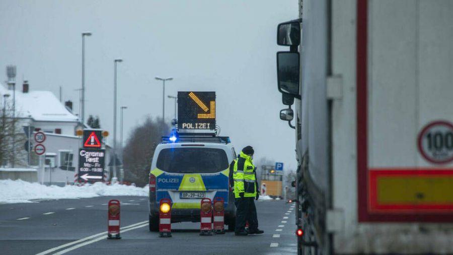 Die Polizei führte vorübergehende Grenzkontrollen zu Tirol und Tschechien ein. (dr/spot)