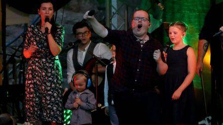 """Angelo Kelly (4.v.l.) mit seiner Familie bei fraglicher """"Irish Summer Tour"""". Sein Sohn Williams steht mit Kopfhörer mit auf der Bühne. (dr/spot)"""
