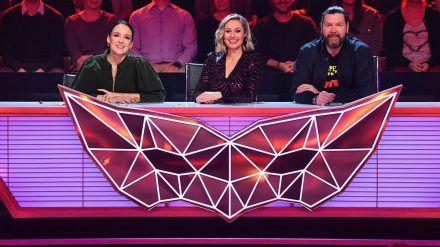 """Carolin Kebekus (li.) sitzt für die erste """"Masked Singer""""-Folge mit Ruth Moschner und Rea Garvey im Rateteam. (jom/spot)"""