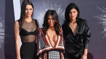 Kendall Jenner, Kim Kardashian und Kylie Jenner (v.l.n.r.) auf dem roten Teppich im Jahr 2014. (jom/spot)
