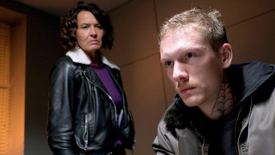 """ARD/SWR """"Tatort: Hetzjagd"""" vom Sonntag (14.02.21): In Untersuchungshaft spricht Ludger Rehns (Daniel-Noël Fleischmann) mit Lena Odenthal (Ulrike Folkerts) (hub/spot)"""