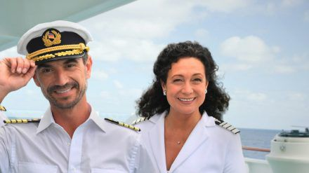 """Als Hoteldirektorin Hanna Liebhold steht Barbara Wussow bei """"Das Traumschiff"""" unter anderem mit Florian Silbereisen (l.) vor der Kamera. (amw/spot)"""